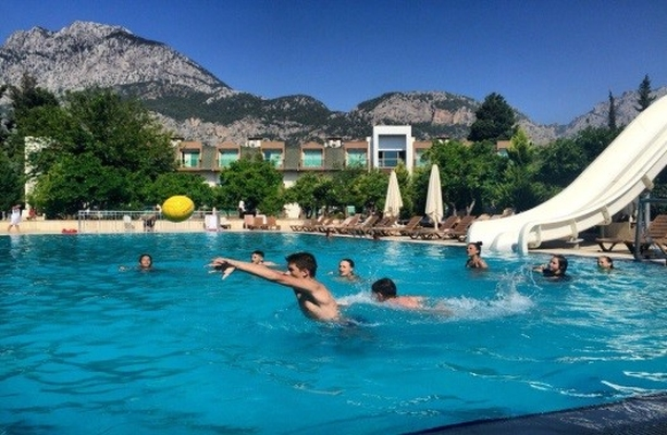 бассейн на фоне гор